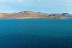 Barcos contra montes Fotografia de Stock
