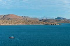 Barcos contra montes Fotografia de Stock Royalty Free