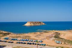Barcos cubiertos en la costa en un día soleado Fotografía de archivo libre de regalías