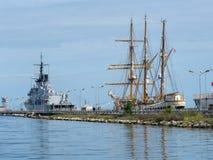 Barcos da Armada italianos no porto de Spezia do La Incluindo a embarcação Palinuro do treinamento, navio alto foto de stock