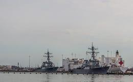 Barcos da Armada que incluem um navio de hospital em Norfolk Virgínia fotografia de stock royalty free