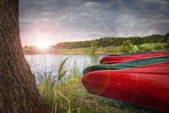 Barcos da canoa perto de um rio imagem de stock royalty free