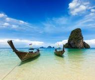 Barcos da cauda longa na praia, Tailândia Fotos de Stock