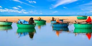Barcos da cesta do pescador vietnamiano no cabo do KE GA, província de Binh Thuan, Vietname imagens de stock