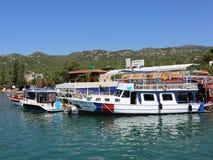 Barcos da excursão do turco entrados no porto de Finike Imagens de Stock