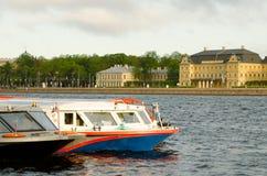 Barcos da excursão no cais Imagens de Stock Royalty Free