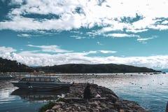 Barcos da ilha do sol em Copacabana, Bolívia imagem de stock