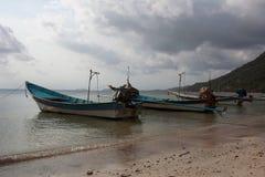 barcos da Longo-cauda no porto da ilha fotos de stock royalty free