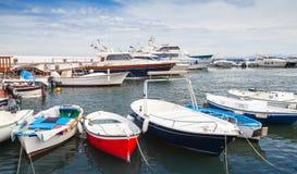 Barcos da pesca e de prazer e iate, Itália Foto de Stock