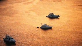 Barcos da velocidade em luzes do por do sol filme