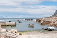 Barcos das lagostas que chegam no porto de Kleinmond Fotografia de Stock