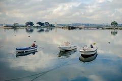 Barcos de Barreiro no rio e nos moinhos Fotografia de Stock