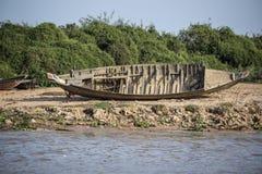 Barcos de Camboya en el pueblo Foto de archivo
