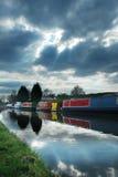 Barcos de canal bajo el cielo cambiante Fotografía de archivo libre de regalías