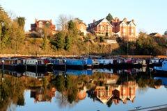 Barcos de canal con la reflexión imagen de archivo