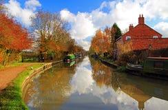 Barcos de canal en medio de colores del otoño Foto de archivo