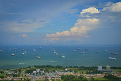 Barcos de carga en el mar en Singapur Fotos de archivo