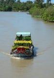 Barcos de carga que llevan las flores en el río en Soc Trang, Vietnam Fotografía de archivo libre de regalías
