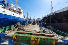Barcos de carga velhos, desarmados de lado a lado Imagem de Stock Royalty Free