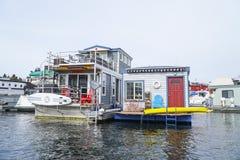 Barcos de casa bonitos na união do lago em Seattle - em SEATTLE/WASHINGTON - 11 de abril de 2017 foto de stock