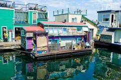Barcos de casa coloridos en el muelle del pescador en Victoria, A.C. Fotos de archivo
