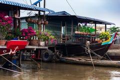 Barcos de casa com flores de papel, orquídeas e as flores amarelas para a celebração do ano novo de Tet, delta de Mekong, Vietnam imagem de stock royalty free