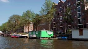 Barcos de casa en los canales de Amsterdam almacen de video
