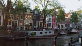 Barcos de casa en los canales de Amsterdam almacen de metraje de vídeo