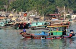 Barcos de casa na baía longa do Ha perto da ilha de Cat Ba, Vietname Fotografia de Stock