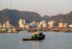 Barcos de casa na baía longa do Ha perto da ilha de Cat Ba, Vietname Imagem de Stock