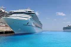 Barcos de cruceros atracados en acceso tropical Imagen de archivo libre de regalías