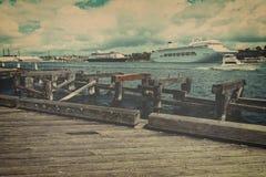 Barcos de cruceros atracados en el terminal que cruza Fotografía de archivo libre de regalías