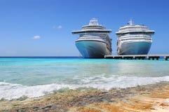 Barcos de cruceros atracados en la isla de Caicos Imágenes de archivo libres de regalías