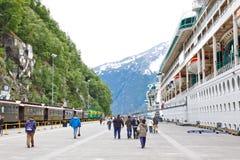 Barcos de cruceros del muelle del ferrocarril de Alaska Skagway Imagen de archivo libre de regalías