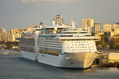 Barcos de cruceros en acceso Imagenes de archivo