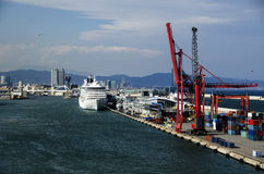 Barcos de cruceros en el acceso de Barcelona Imagenes de archivo