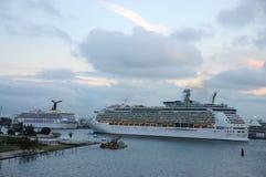 Barcos de cruceros en el acceso de Miami Fotografía de archivo