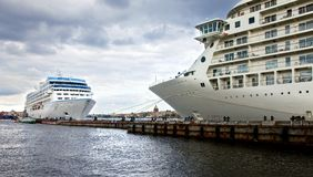 Barcos de cruceros en el centro de St Petersburg Fotos de archivo libres de regalías