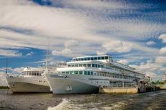 Barcos de cruceros en el mar Fotos de archivo