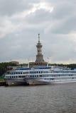 Barcos de cruceros en el mar Fotos de archivo libres de regalías