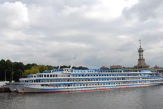 Barcos de cruceros en el mar Imágenes de archivo libres de regalías