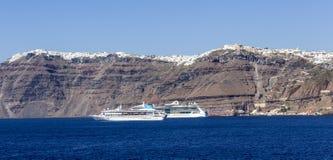 Barcos de cruceros en el mar imagenes de archivo