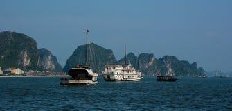 Barcos de cruceros en el mar azul fotos de archivo libres de regalías