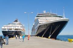Barcos de cruceros en el muelle Imagen de archivo