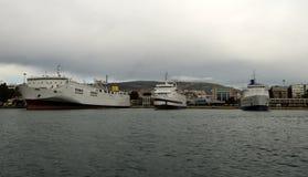 Barcos de cruceros en el muelle i n Pireo Atenas Imágenes de archivo libres de regalías