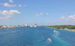 Barcos de cruceros en el puerto Imagen de archivo