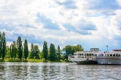 Barcos de cruceros en el puerto Imagen de archivo libre de regalías