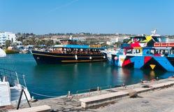 Barcos de cruceros en el puerto de Agia-Napa Foto de archivo libre de regalías