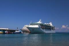 Barcos de cruceros en el puerto de Kusadasi Imágenes de archivo libres de regalías