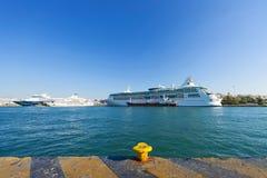 Barcos de cruceros en el puerto de Pireo Fotografía de archivo libre de regalías